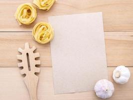 pâtes et ail avec maquette de papier kraft photo
