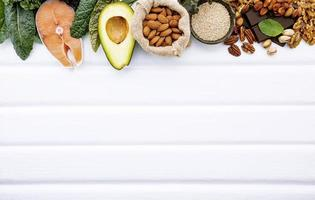 frontière d'aliments frais avec espace copie sur bois blanc photo