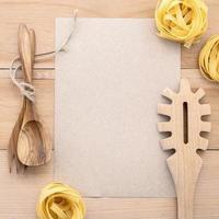pâtes et ustensiles avec maquette en papier kraft