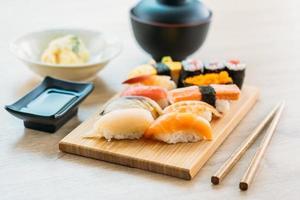 sushi maki saumon, thon, coquille, crevettes et autres viandes