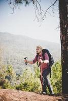 Homme voyageur avec sac à dos en regardant la carte en alpinisme photo
