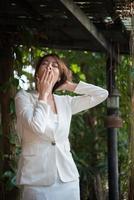 jeune femme d'affaires s'étendant et bâillant photo