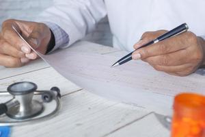 main du médecin analysant le diagramme cardio photo