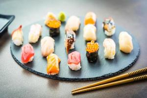 nigiri sushi avec saumon, thon, crevettes, crevettes, anguilles, coquillages et autres sashimi photo