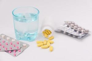 pilules et comprimés colorés