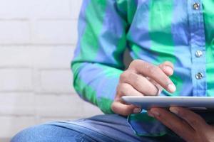 personne utilisant une tablette numérique à la maison