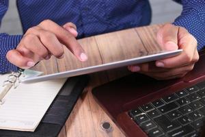 homme, utilisation, tablette, sur, bureau