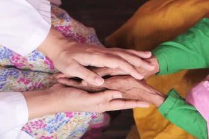 mains du médecin tenant la main des femmes âgées photo