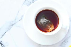 sachet de thé dans une tasse de thé photo