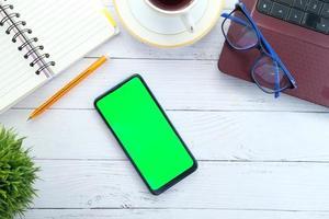 bureau avec écran de téléphone maquette photo