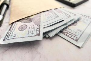 Gros plan d'argent dans une enveloppe sur la table photo