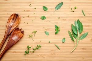 herbes et ustensiles en bois