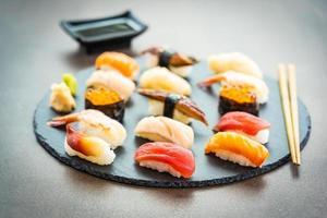nigiri sushi avec saumon, thon, crevettes, crevettes, anguilles, coquillages et autres sashimi