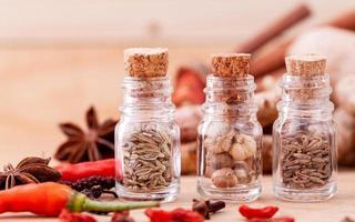 bouteilles en verre d'épices photo