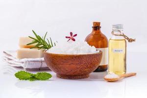 ingrédients naturels du spa sur blanc photo