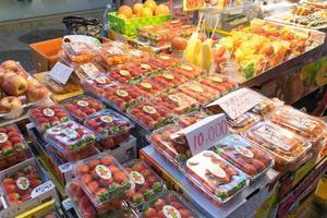 Boîtes de fraises et autres fruits à un marché de fruits à Séoul, Corée