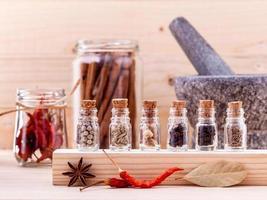rangée d'épices dans des bouteilles en verre photo