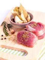 Ingrédients du repas de filet sur une planche à découper
