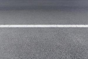 une route pavée avec des lignes de circulation blanches photo