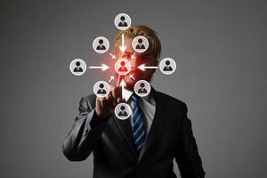 jeune homme d'affaires avec des graphiques d'icône de réseau multimédia
