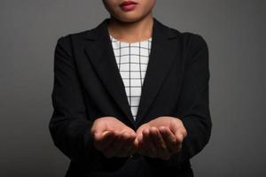 Jeune femme d'affaires présentant un fond isolé sur fond noir photo