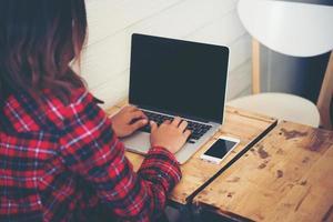 gros plan, de, a, jeune, hipster, femme, utilisation, a, ordinateur portable, pendant, a, pause café photo