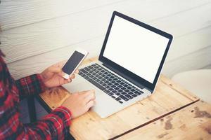 gros plan, de, jeune, hipster, femme, utilisation, a, ordinateur portable, pendant, a, pause café photo