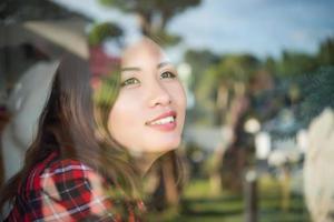 Portrait d'une jolie femme debout près de la fenêtre au café photo