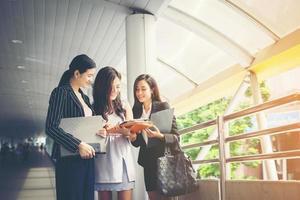 femmes d & # 39; affaires discutant de travailler ensemble
