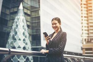 jeune femme d'affaires asiatique à l'aide de smartphone mobile photo
