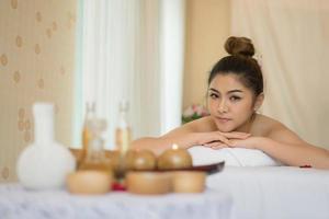 belle jeune femme avec massage sain dans un salon spa photo