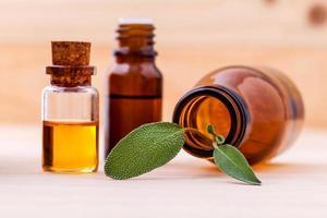 feuilles de sauge et huiles essentielles