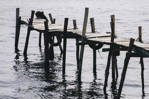 vue sur la vieille jetée en bois photo