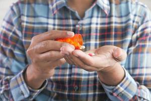 main de l'homme avec des médicaments
