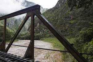 Gros plan du pont sur la rivière urubamba au pérou photo