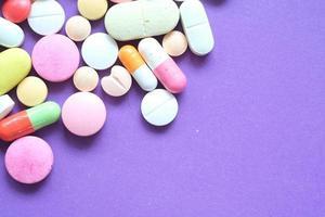 Gros plan de nombreuses pilules et capsules colorées photo