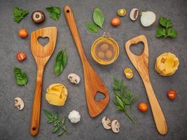 vue de dessus des ustensiles en bois et des ingrédients frais