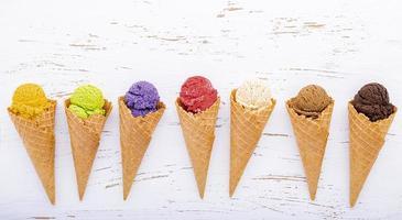 Cornets de crème glacée sur un fond blanc minable photo