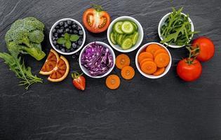 fruits et légumes dans des bols
