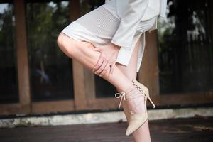 femme affaires, masser, jambes fatiguées photo