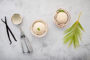 Glace à la vanille sur vue de dessus en béton