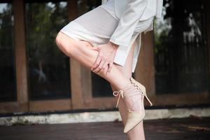 femme affaires, masser, jambes fatiguées