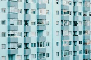 un gros plan d'un bâtiment répétitif sur des tons bleus photo