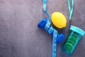 équipement de gym sur fond de béton