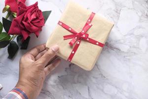 vue de dessus d'une boîte-cadeau avec du papier d'emballage coeur photo