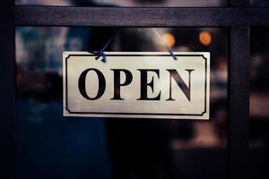 un panneau commercial qui dit ouvert sur la porte à l'entrée