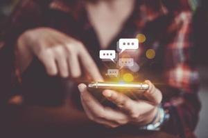 femme à l & # 39; aide d & # 39; un smartphone avec des icônes de la technologie en arrière-plan photo