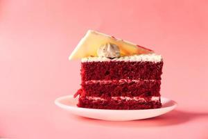 Gâteau de velours rouge sur assiette photo