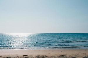 plage tropicale avec fond de ciel bleu clair