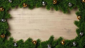 Branches de pin épicéa vert sur un cadre de fond en bois